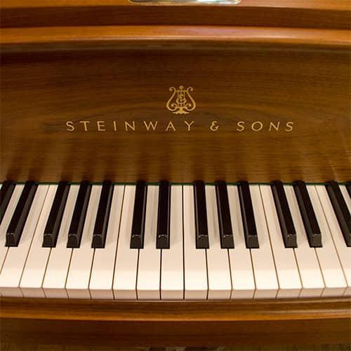 グランドピアノとアップライトピ...